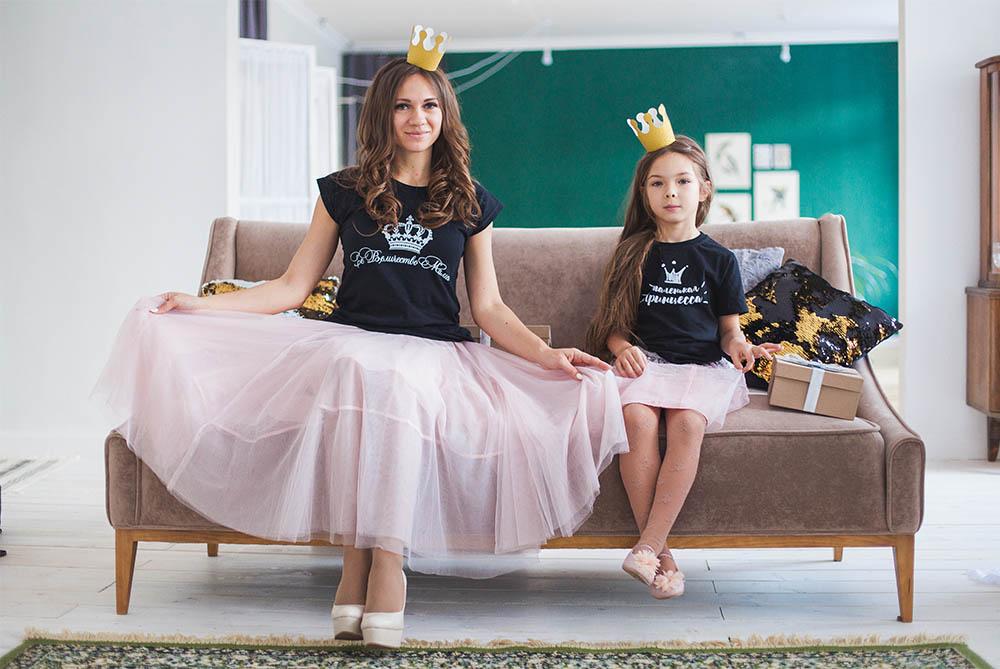 5ea21cb4deed ... стиле family look. Проще всего обратиться к уже готовым вариантам:  парным платьям, юбкам и футболкам. Одинаковый фасон, цвет или принт станут  самым ...