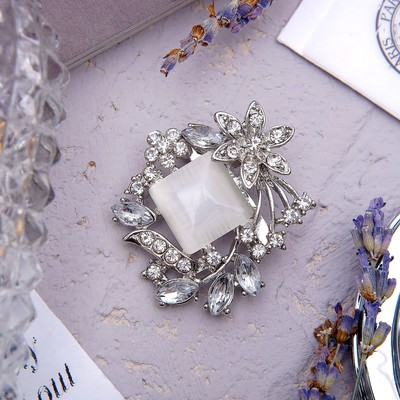 Brooch Diamond with leaves, gray color in silver