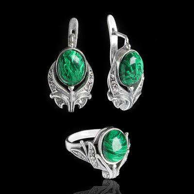 """Гарнитур 2 предмета: серьги, кольцо """"Мотив"""", размер 19, бело-зелёный в чернёном серебре"""