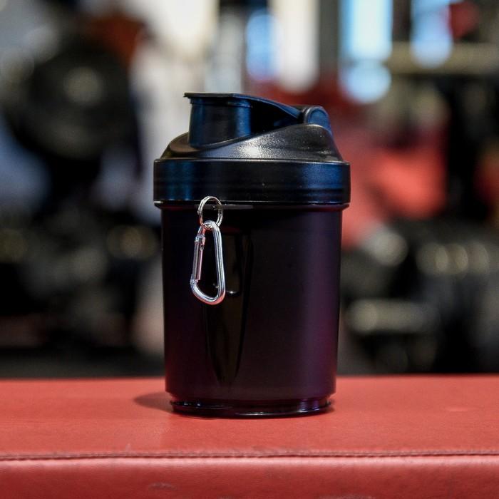 Шейкер 500 мл, с сеточкой и шариком, доп. контейнер, карабин, чёрный, 10х23 см