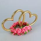 Кольца в форме сердца на подставке из розовых цветов