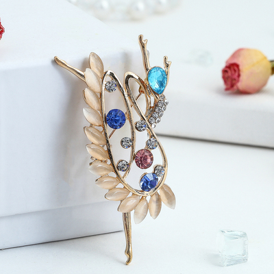 """The brooch sports """"Ballerina"""" in the stones, in colour gold"""