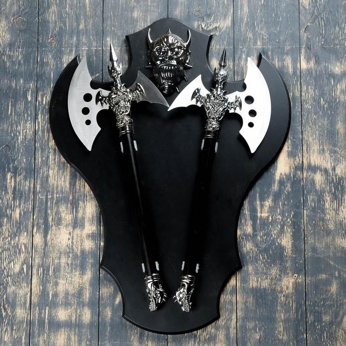 Сувенирное оружие на планшете «Топоры», крупный накладной элемент — демон