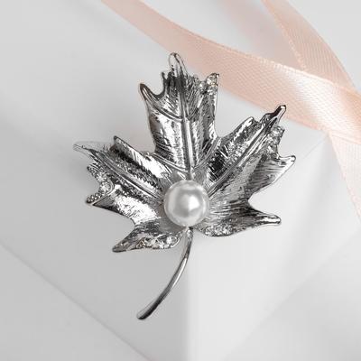 """Брошь """"Жемчужина"""" кленовый лист, цвет белый в серебре"""