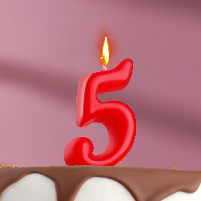 """The candle for the cake figure is the Oval, red """"5"""", film"""