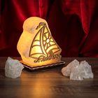 """Соляной светильник """"Кораблик"""" малый, 12х13х6 см, деревянный декор, цельный кристалл"""