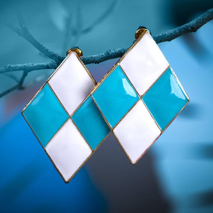 """Серьги эмаль """"Шахматы"""" ромб, цвет бело-голубой в золоте"""