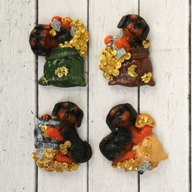 """Magnet Polyresin """"Dachshund in a bag with gold coins"""" MIX 6,5x5,5 cm"""