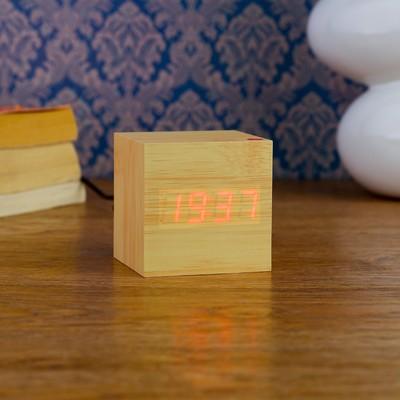"""Часы-будильник настольные электронные """"Кубик"""", светлое дерево, красные цифры, 6.5х6.5х6.5 см"""