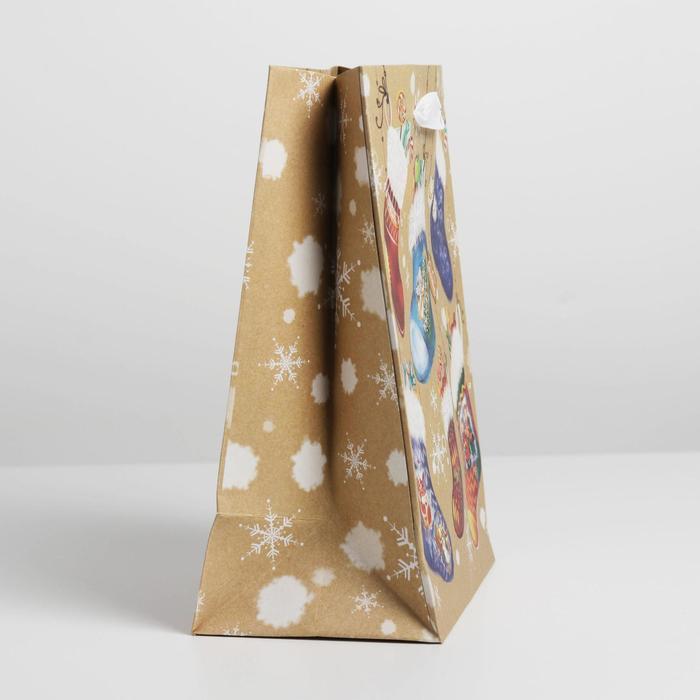 Пакет крафтовый вертикальный «Носочки с подарками», 18 × 23 × 8 см
