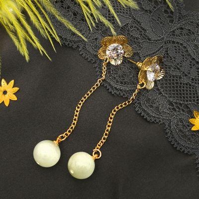 """Серьги """"Бусина"""" на цепочке, цветок, цвет белый в золоте"""