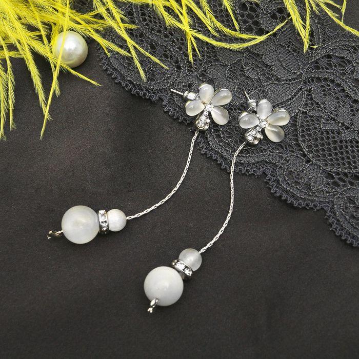 """Серьги """"Бусина"""" на цепочке двойная, цветок, цвет белый в серебре"""