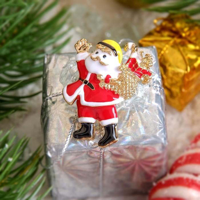 """Брошь """"Новогодняя сказка"""" Санта Клаус с подарками, цвет красно-белый в золоте"""