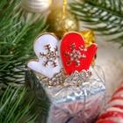 """Брошь """"Новогодняя сказка"""" варежки, цвет красно-белый в золоте"""