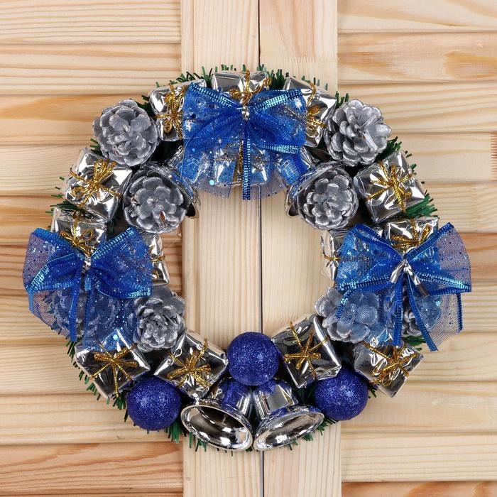 Венок новогодний d-22 см с синими бантами и шарами