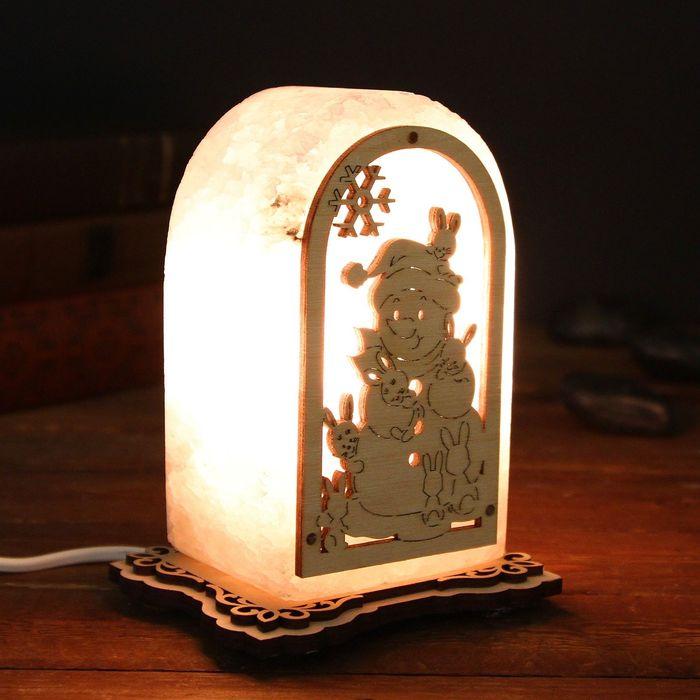 """Соляной светильник """"Снеговик с зайчатами"""", с узором 14 х 8 х 6 см, деревянный декор, цельный кристалл"""