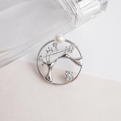 """Брошь """"Олени влюбленные"""", цвет белый в серебре"""