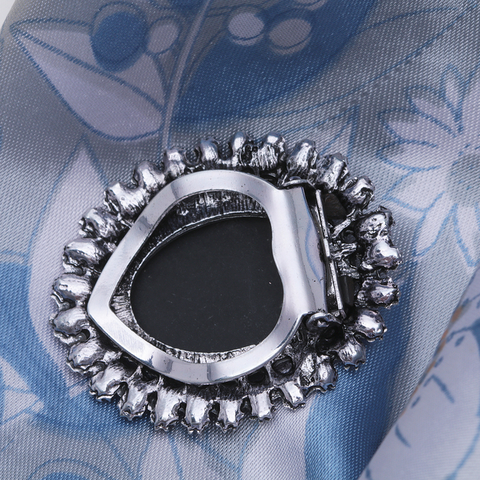 """Зажим для платка """"Камея"""" в стразах, цвет серый в черненом серебре - фото 240534665"""