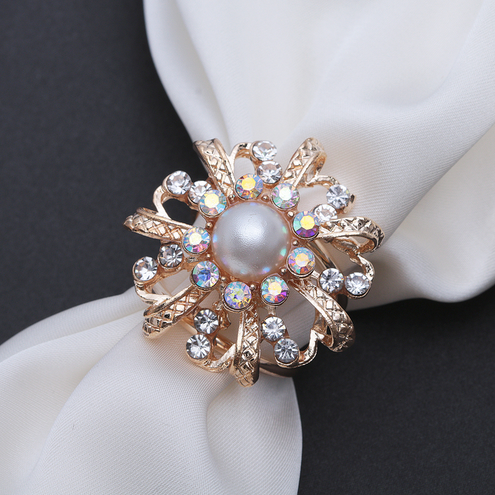 """Кольцо для платка """"Цветок"""" с жемчужной сердцевиной, цвет белый в золоте"""