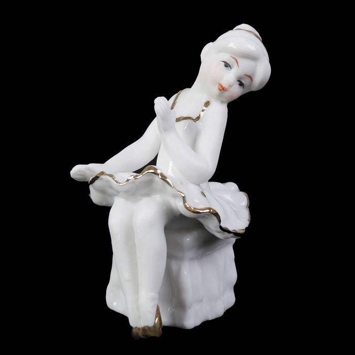 """Сувенир керамика под фарфор """"Маленькая балеринка на пуфе"""" белая с золотом 8х5х5 см"""