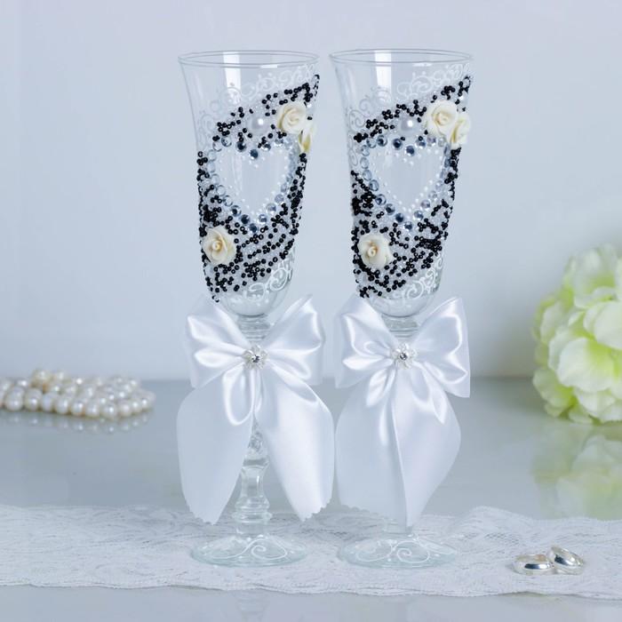 """Набор свадебных бокалов """"Сердце"""", с лепниной, бисером и белыми бантами"""