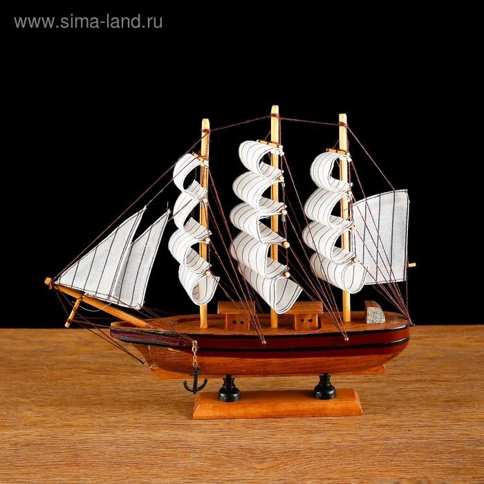 Корабль сувенирный средний - борт светлое дерево с коричневой полосой, три мачты, белые паруса с полосой