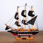 Корабль сувенирный средний «Трёхмачтовый», борта чёрные с белой полосой, паруса чёрные пиратские, 31 х 6 х 29 см