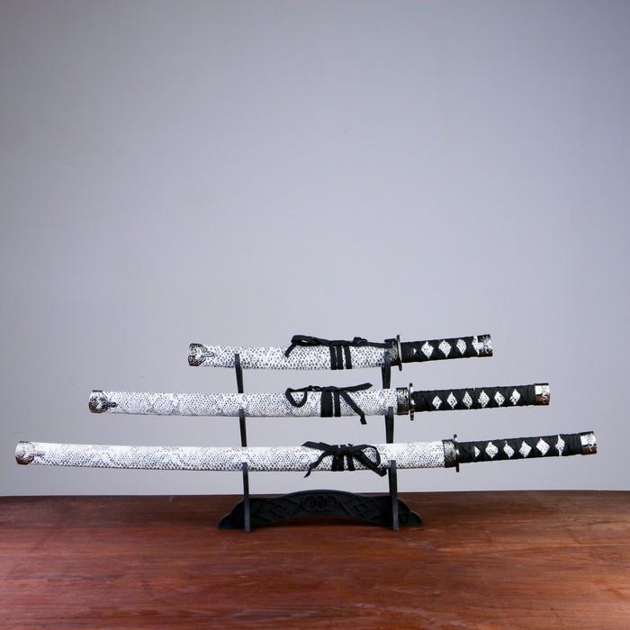 Сувенирное оружие «Катаны на подставке», белые ножны под змеиную кожу