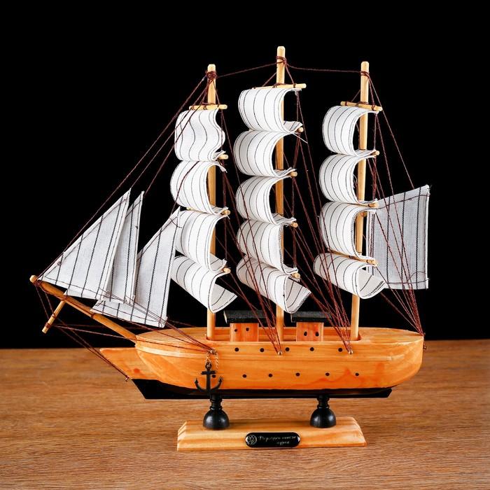 Корабль сувенирный средний «Глиндер», борт светлое дерево, паруса белые, 30х7х30 см