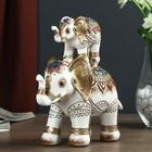 """Сувенир полистоун """"Индийские слоны в сине-бордовой попоне - пирамида"""" 18,8х17х8 см"""