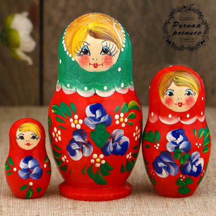Матрёшка «Синие цветочки», зелёный платок, красное платье, 3 кукольная, 9 см