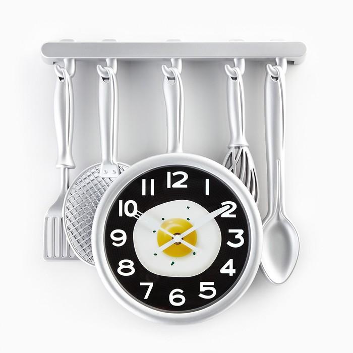 "Часы настенные, серия: Кухня, ""Кухонная утварь"" на циферблате яичница, серебро, 32х34 см"