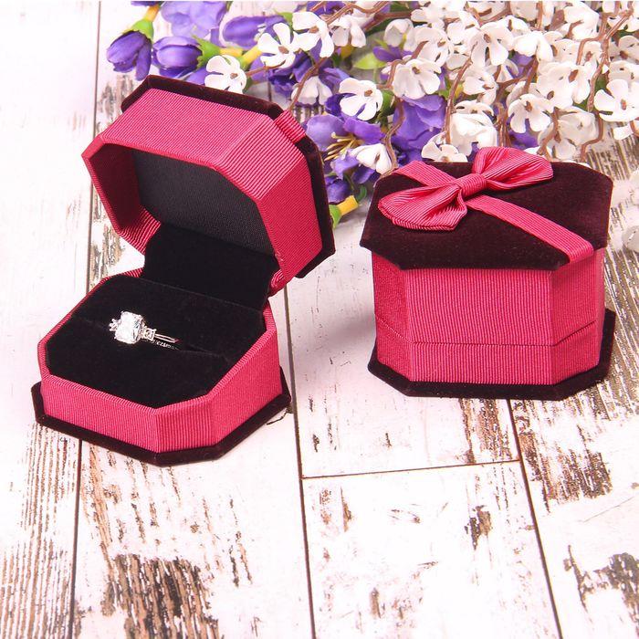 """Футляр под кольцо """"Подарок"""" 6,5*6*4,5, цвет розовый, вставка черная"""
