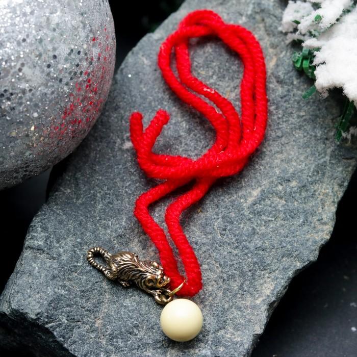 """Браслет-оберег """"Красная нить. Мышка с шариком"""" с подвеской, янтарь - фото 303906429"""