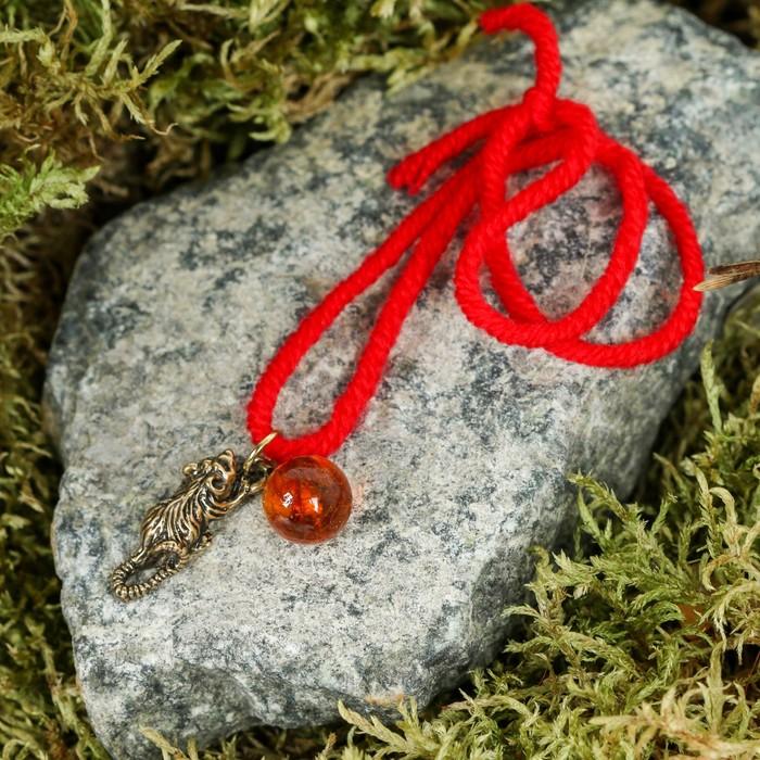 """Браслет-оберег """"Красная нить. Мышка с шариком"""" с подвеской, тёмный янтарь"""
