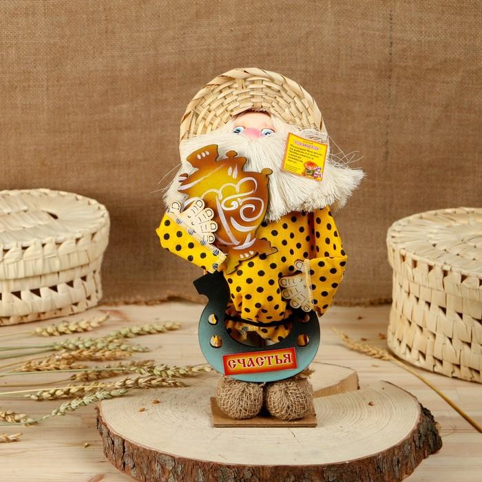 """Оберег-домовой """"Дед в соломенной шляпе на подставке, с самоваром и подковой"""", 33 см"""