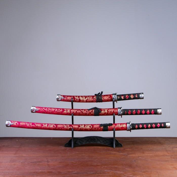 Сувенирное оружие «Катаны на подставке», красные ножны с узорами в виде драконов