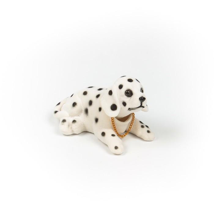Собака на панель авто, качающая головой, далматинец