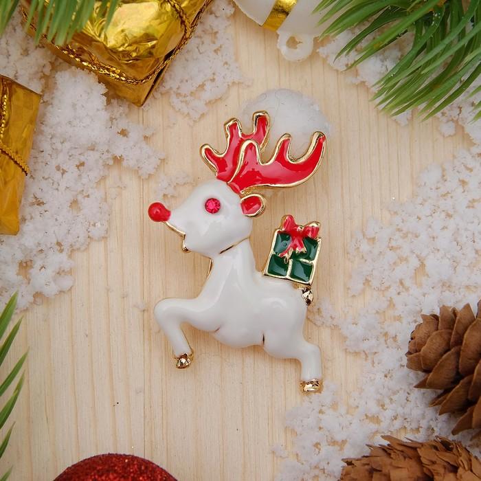 """Брошь """"Новогодняя сказка"""" олень с подарком, цветная в золоте"""