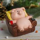 """Копилка полистоун """"Розовый поросёнок-лежебока в кресле с пультом и содовой"""" 8,8х11х10 см"""