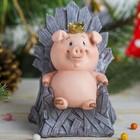 "Копилка полистоун ""Розовый поросёнок-принц на деревянном троне"" 12,5х10х10 см"