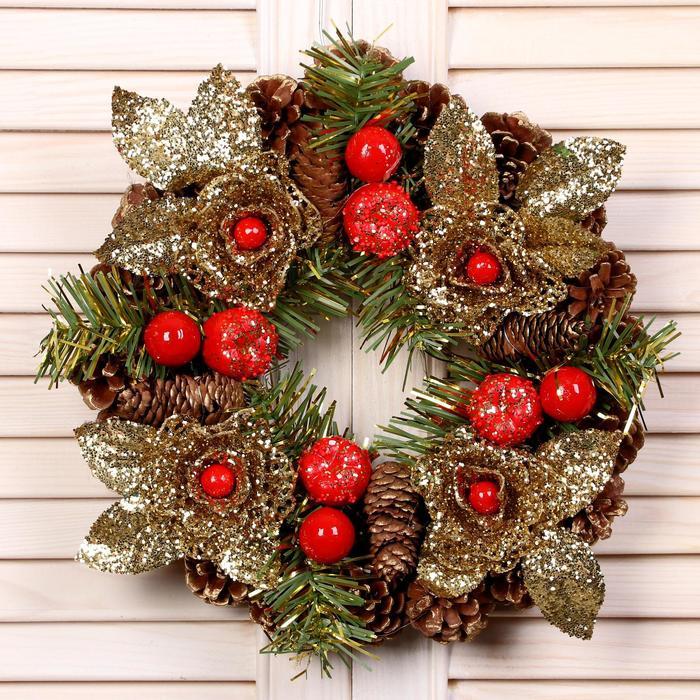 """Венок новогодний d-22 см """"Шишки"""" с золотыми цветами и красными ягодами"""