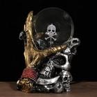 """Плазменный шар полистоун """"Череп с рукой"""" черный/золото 12х11,5х19,5см"""