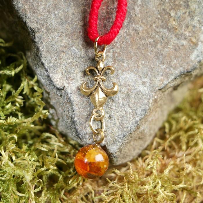 """Браслет-оберег """"Красная нить. Королевская лилия"""" с подвеской, янтарь - фото 234148899"""