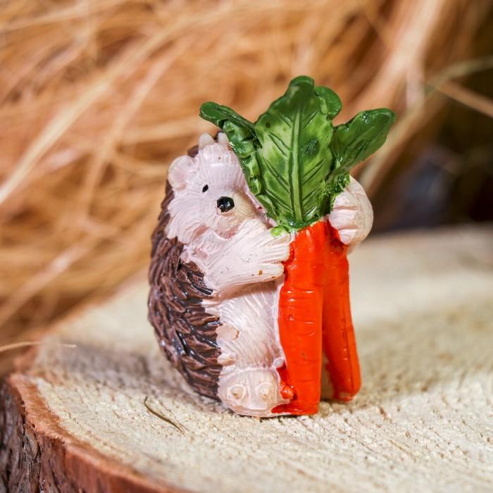 "Сувенир полистоун ""Ёжик с морковкой"" 6х4х3,3 см"