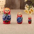 Матрёшка «Анютка», красное платье, сине-белые цветы, 3 кукольная, 10 см