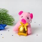 """Мягкая игрушка-брелок """"Поросёнок"""" подарок в лапках, цвета микс"""