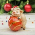 """Копилка полистоун """"Поросёнок Тоша в новогоднем колпаке с шариком"""" h=11 см"""
