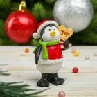 """Сувенир полистоун """"Пингвин в новогоднем колпаке с леденцом"""" 7,2х4,2х3,2 см"""