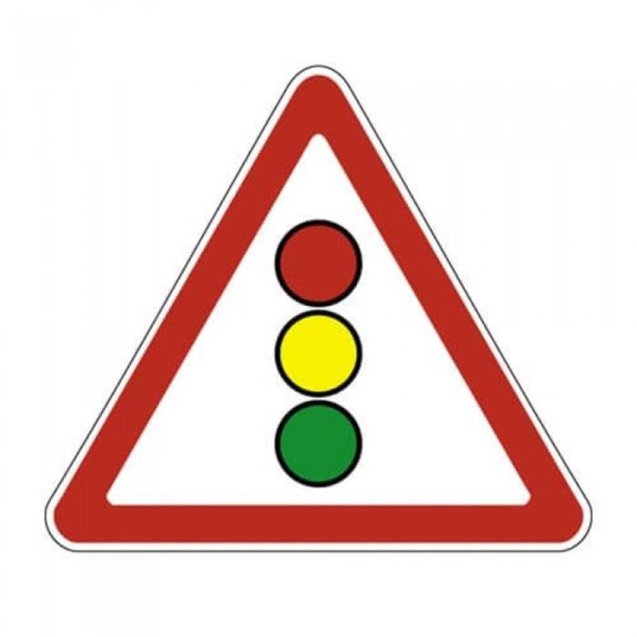 Знак дорожный 1.8 «Светофорное регулирование»